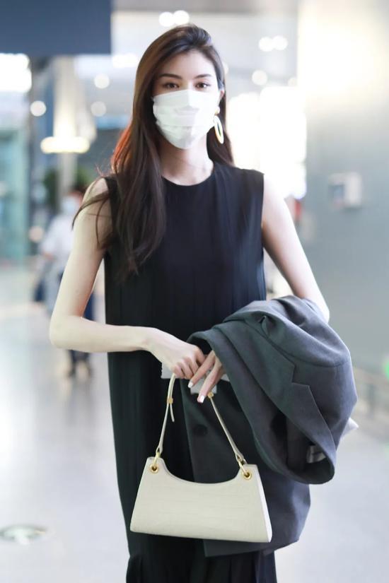 5月9日,何穗现身上海机场