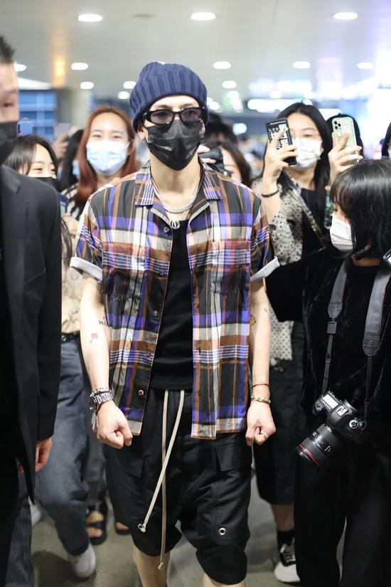 5月31日,王嘉尔现身上海机场