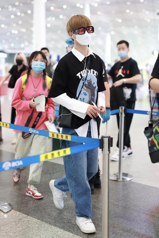 5月31日,黄明昊现身机场