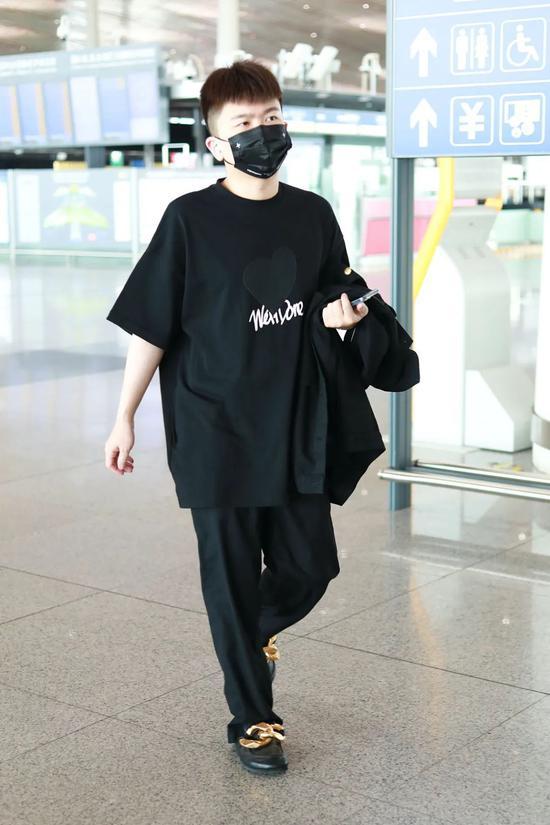 6月2日,张大大现身北京机场