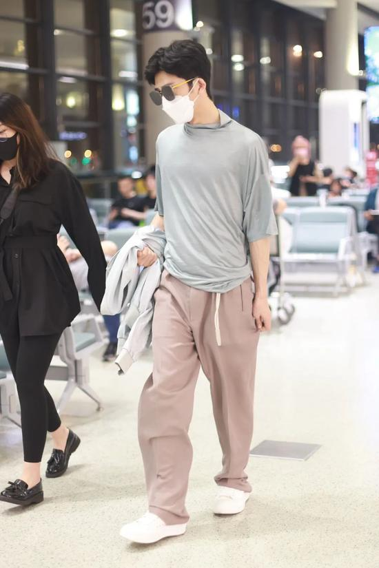6月2日,井柏然现身上海机场