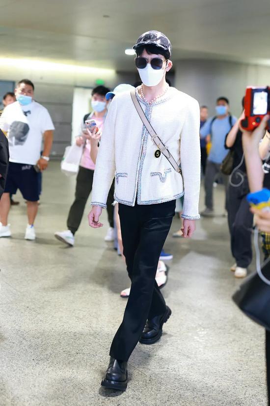5月31日,井柏然现身上海机场