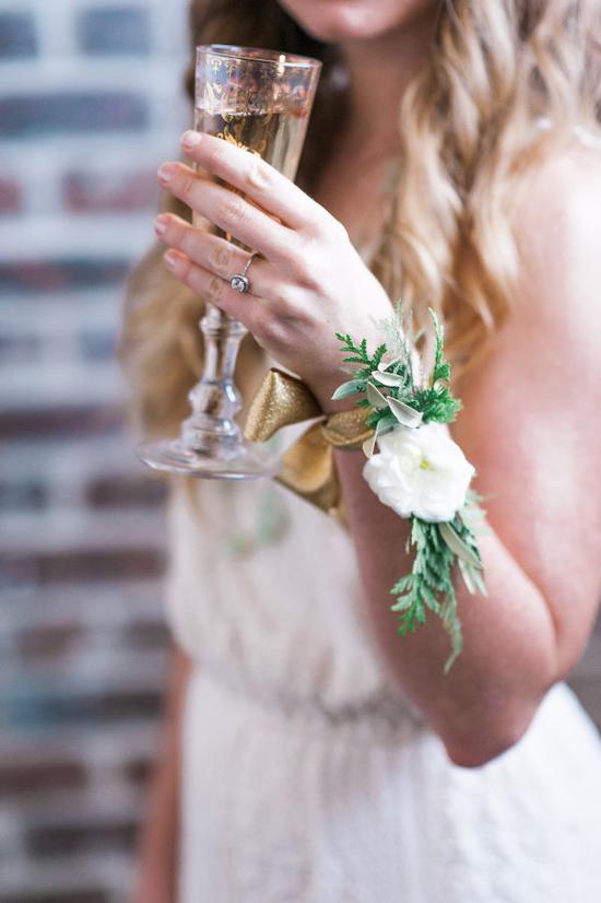 户外婚礼季 摘下手镯带上腕花美得有新意