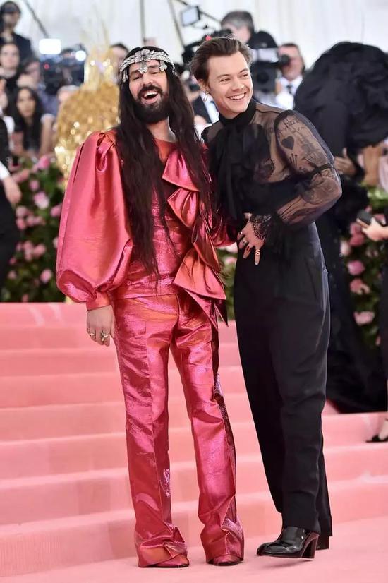 这一次大概也是Harry Styles最大胆的红毯造型!