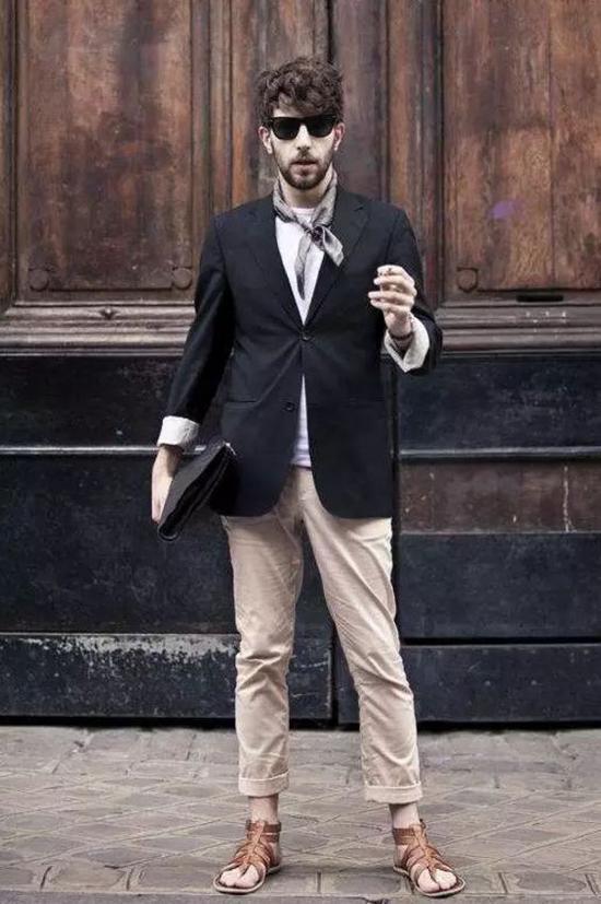 可以休闲西装配商务皮鞋来提升质感▼
