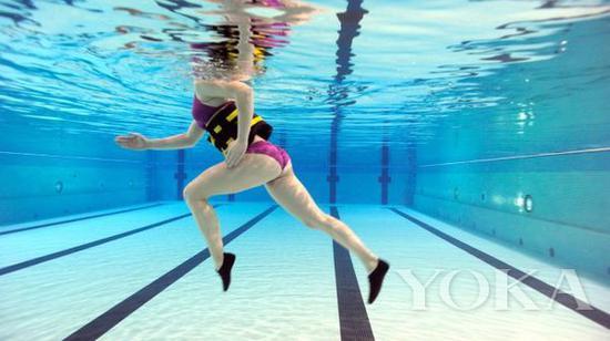在泳池里慢走 事半功倍的健身方式 图片来自pinester