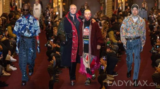 有业界人士认为,Vetements的目的不是创造真正美丽的时装,而是对停滞不前的奢侈品行业做出的一种反抗