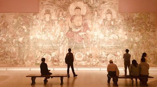 纽约大都会博物馆元代壁画《药师佛经变图》原件展览现场。 胡怡嘉 图