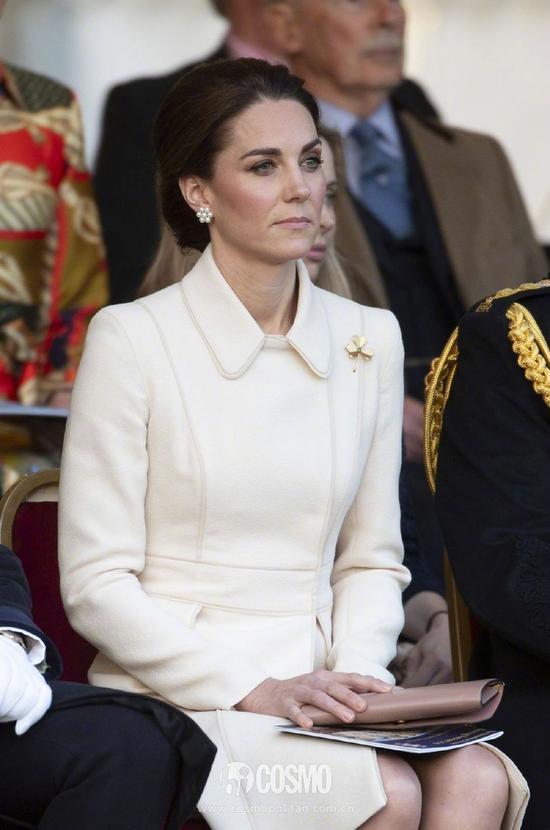 身穿的是Catherine Walker白色大衣裙