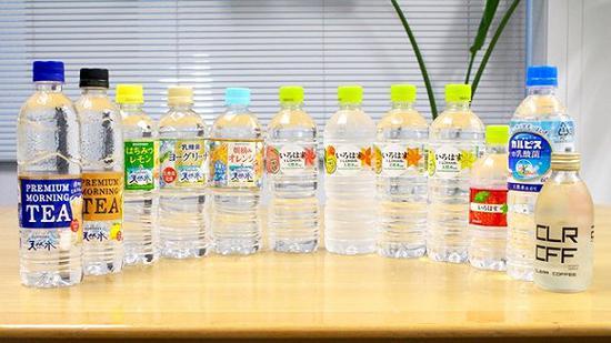 从左至右为:三得利口味天然水系列,可口可乐ilohas口味天然水系列,透明可尔必思,CLRCFF透明咖啡