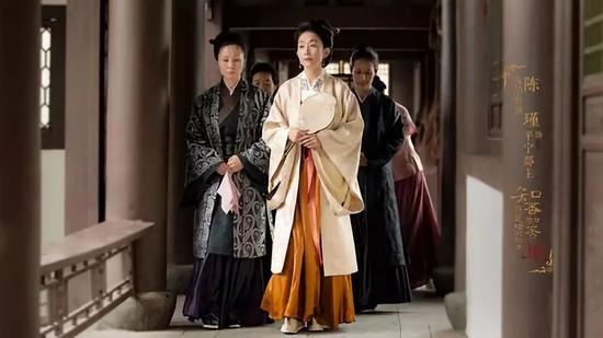 片中除林小娘外,其他人物的衣着颜色大多数均淡雅文静