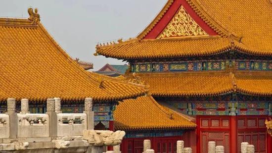 """故宫的整体配色体系:""""朱红墙柱、黄绿瓦面、青绿梁枋、白色栏杆""""。整体效果华丽庄重"""