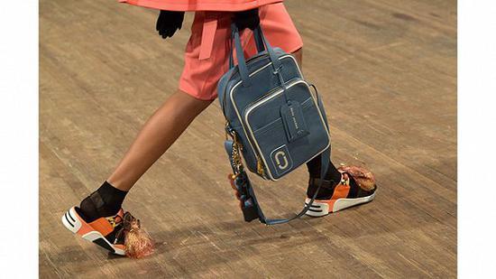 Marc Jacobs 2018春夏系列中凉鞋配袜子的造型
