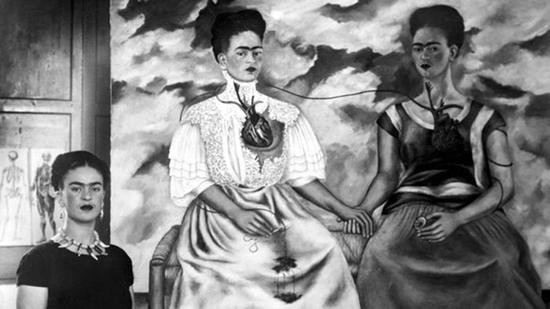 弗里达和她的绘画作品《两个弗里达》。