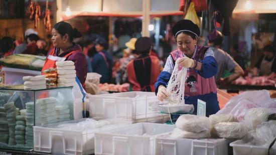 菜市場裏的餌絲攤/©大靜