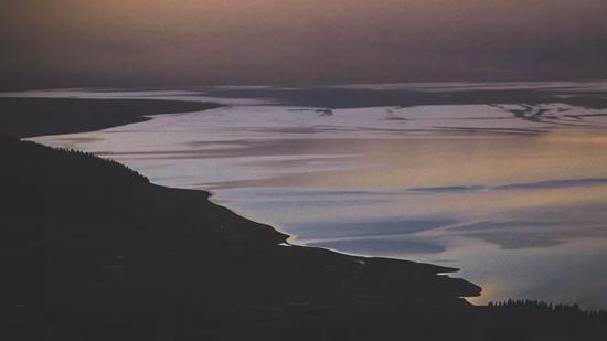 ▲我们在山坡上守候赛湖的日落,仿佛天空之镜