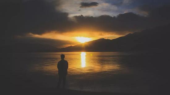 ▲一个人远远看着日出的莫大哥
