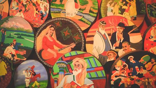 ▲乌鲁木齐国际大巴扎,手鼓上装裱着精美的民族画