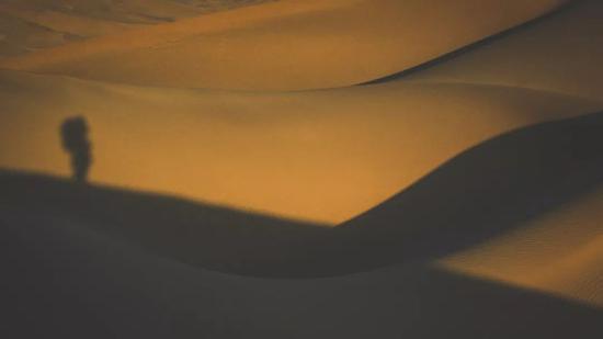 ▲亲自走进沙漠里,新疆之旅的最后一次探险