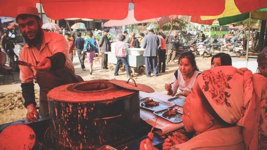 ▲随意坐在一个小摊,吃遍喀什的各式小吃