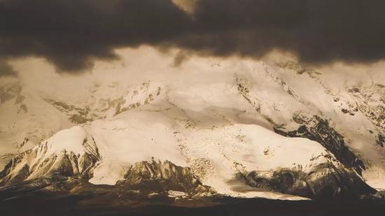 ▲暴雪来临前的慕士塔格峰和公格尔九别峰