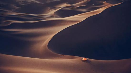 ▲帐篷边就是深邃的沙谷,颇为吓人