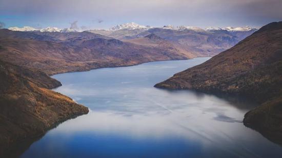 ▲雪山环绕的喀纳斯湖,有如《霍比特人》里的长湖镇