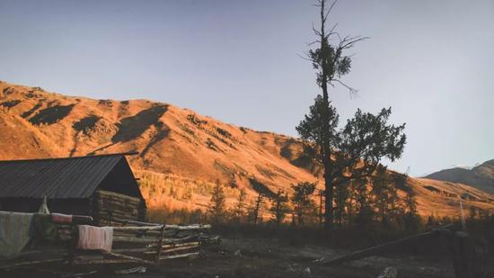 ▲徒步第一晚,住在半山间的哈萨克人小木屋里