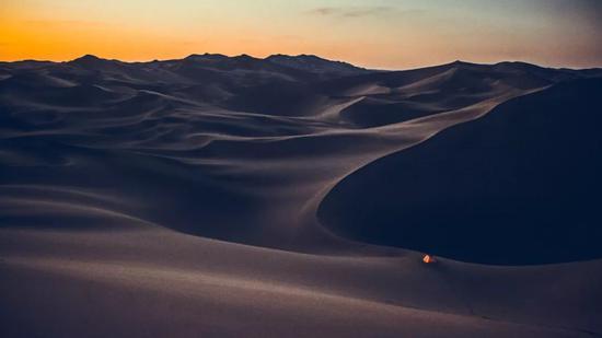 ▲在沙漠深处扎下我的小帐篷