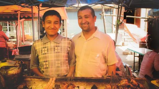 ▲二道桥的小吃街,热情的烤肉摊老板父子