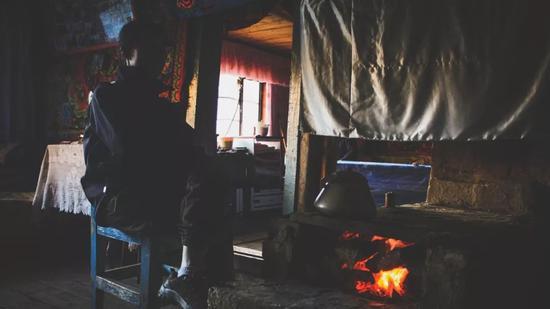▲屋里是暖和的火炉,抵御着秋日夜间的严寒
