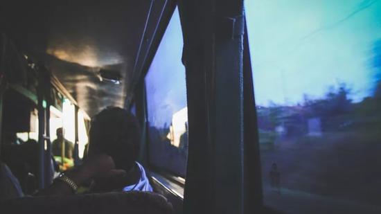 ▲条件辛苦的长途卧铺车,我在新疆的主要交通方式
