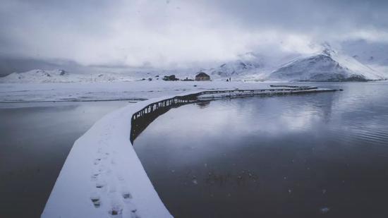 ▲大雪后的喀拉库勒湖,变成了白色仙境