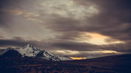▲天色渐暗,雪山镇守一方天地