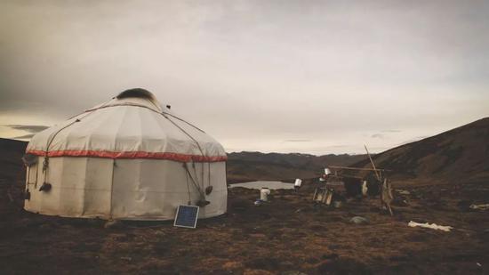 ▲小黑湖畔的图瓦人毡房,我们的避难所