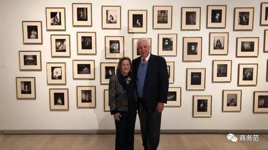 丹的父母在自己的摄影收藏展上