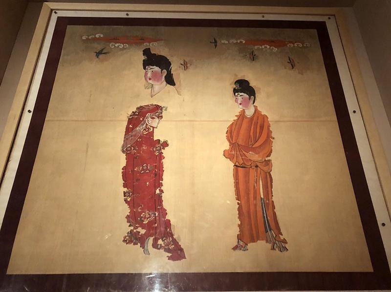 唐代美人花鸟图绢画。