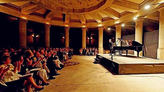 图片来源:知乎,拉菲酒窖内举办的音乐会