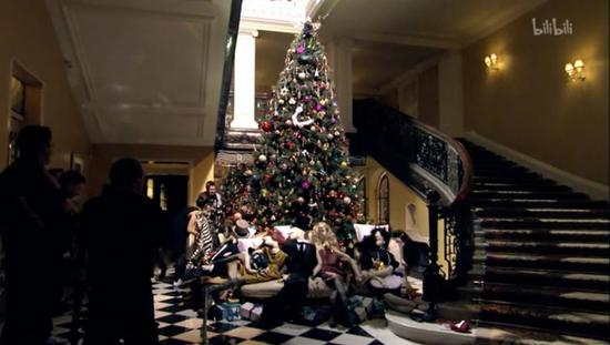 ▲大玩跨界,包括在套房衣柜里挂BURBERRY风衣,请LANVIN的设计总监操刀酒店圣诞树。