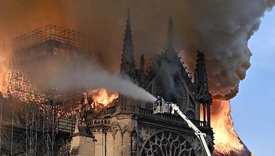 巴黎圣母院起火,图为消防员在现场灭火 图片来源:东方IC
