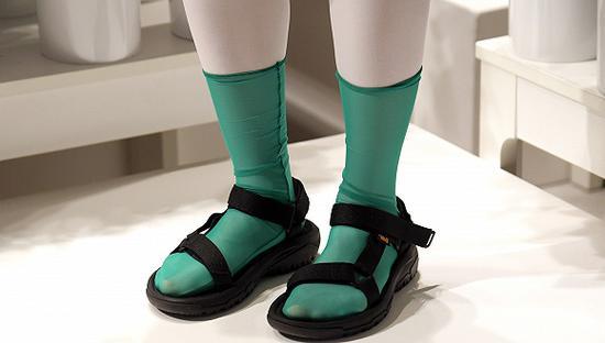 """""""反时尚""""的凉鞋配袜子其实很潮凉鞋袜子"""