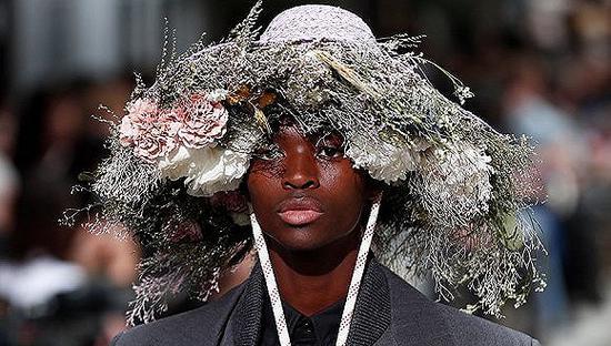 还盯着潮鞋看?奢侈品男装设计师们说是时候往头上瞧瞧了奢侈品帽子