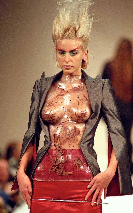 Alexander McQueen 1996 大秀上的蠕虫上衣(图片来源:The Guardian)