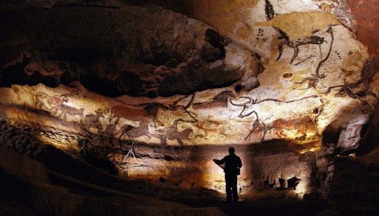 拉斯科洞窟(Grotte de Lascau)壁画,位于法国多尔多涅省蒙特涅克村的韦泽尔峡谷,是著名的石器时代洞穴壁画。 维基百科 图