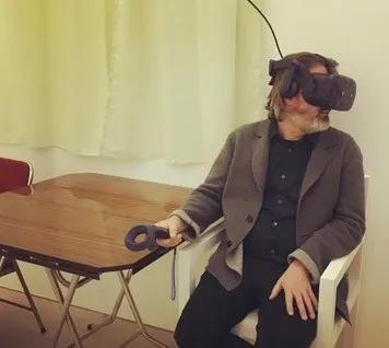 艺术家奥拉维尔·埃利亚松(Olafur Eliasson)在展览现场,图片来源:曹斐任务室