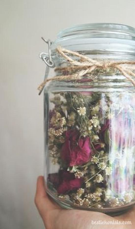 将干花储藏在透明的密封容器里 图片源自www.bestiekonisis.com