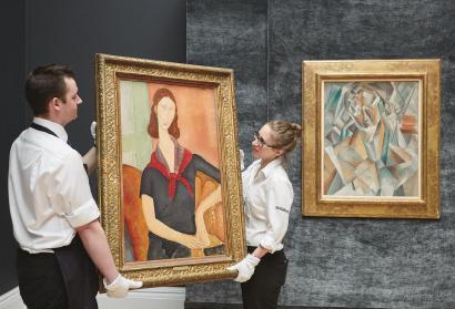 左边这幅莫迪里阿尼《戴围巾的珍妮·埃布特尼》2016年以3850万元英镑(约合3.7亿元人平易近币)成交。当时,正是这幅作品对同场拍卖、也即左边这幅毕加索作品构成了最大年夜的竞争。