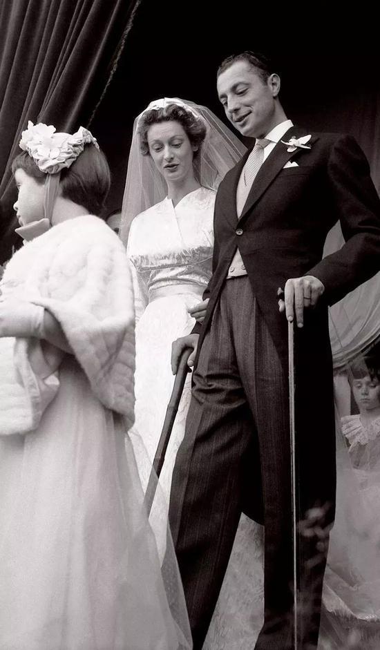 与那不勒斯贵族Marella Caracciolo结为伉俪。