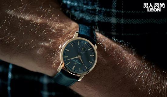 1、金色表壳的正装腕表体现极致的经典