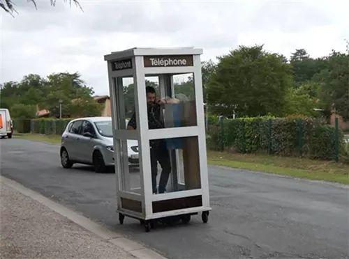喂?我开上电话亭了,马上就到!